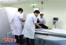 5月19日,一位女患者在山大二院医护人员的帮助下,坐上伽玛刀治疗床。大众网记者 马俊骥 王长坤 摄.jpg