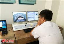 与伽玛刀治疗室一墙之隔的控制室内,医生可以通过摄像探头和通话系统实时监控患者情况,患者全程无痛清醒。大众网记者 马俊骥 王长坤 摄.jpg