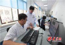 在山大二院的医学影像科,赵升田了解高精尖设备使用情况。大众网记者 马俊骥 王长坤.jpg