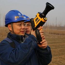 张晓用红外设备检测高压线的温度情况