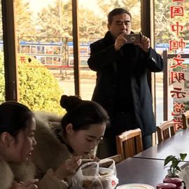 大众网记者给导游姑娘们拍照