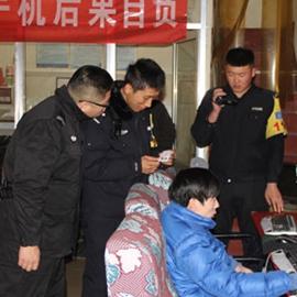 李晓东和同事在辖区网吧进行安全检查
