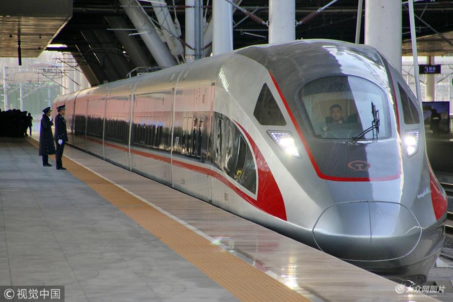 2018年12月26日,济青高铁青岛方向首发列车g9218次驶出青岛北站.