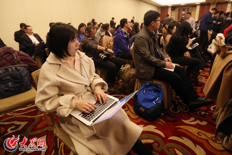 01、大众网北京3月6日讯(特派记者 亓翔) 今天下午,十三届全国人大一次会议山东代表团举行全体会议。全团会议首次向中外媒体开放,现场记者云集。.jpg