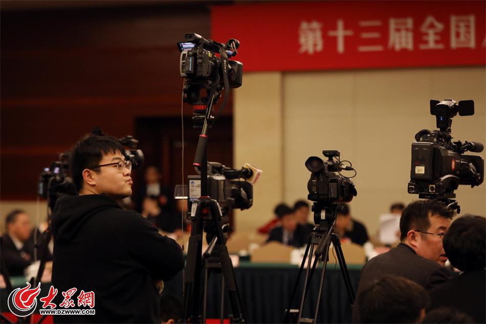 03、多家媒体的摄影机严阵以待。(亓翔 摄).jpg