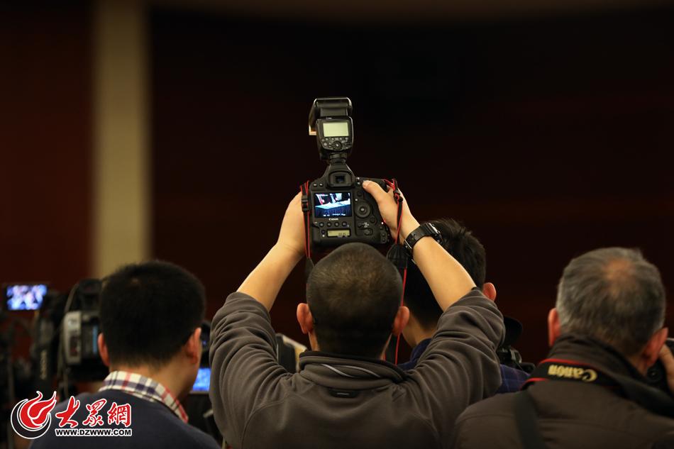 06、现场的摄影记者。(亓翔 摄).jpg