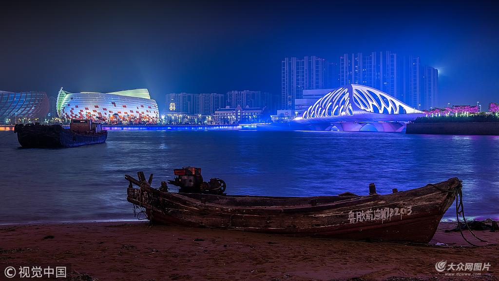 山东青岛,上合青岛峰会之东方影都珊瑚贝桥夜景灯光秀.