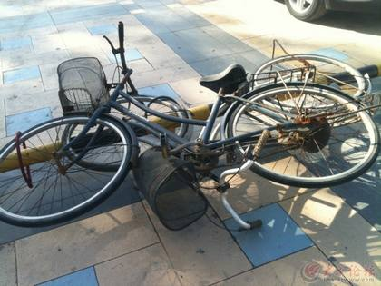 把自行车锁在铁栏杆上,那才感觉安全