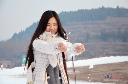 滑雪场美丽冻人--冷雪热手