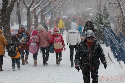 知冷暖-今日早晨冒雪送孩子上学的家长们