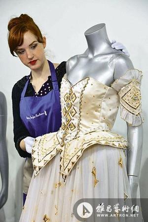 戴安娜王妃华美礼服被拍出10.2万英镑