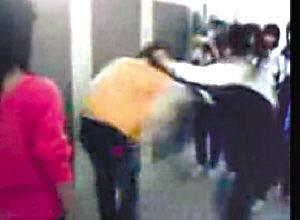 红衣女生正在扇黄衣服女生耳光,旁边还有人一脚踢在黄衣服女生身
