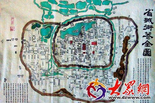 周教授向记者介绍了济南100年地图的发展历史