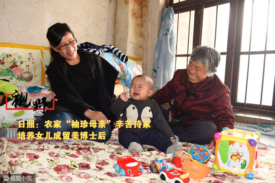 11月27日,日照东港区香河街道范家河村,身高只有1.30米,65岁的刘兆兰老人悉心照顾两次因事故致伤卧病在床,身患肺癌晚期的丈夫,在家境极端困苦的条件下,含辛茹苦,把女儿迟玉洁培养成了一名留美博士后。