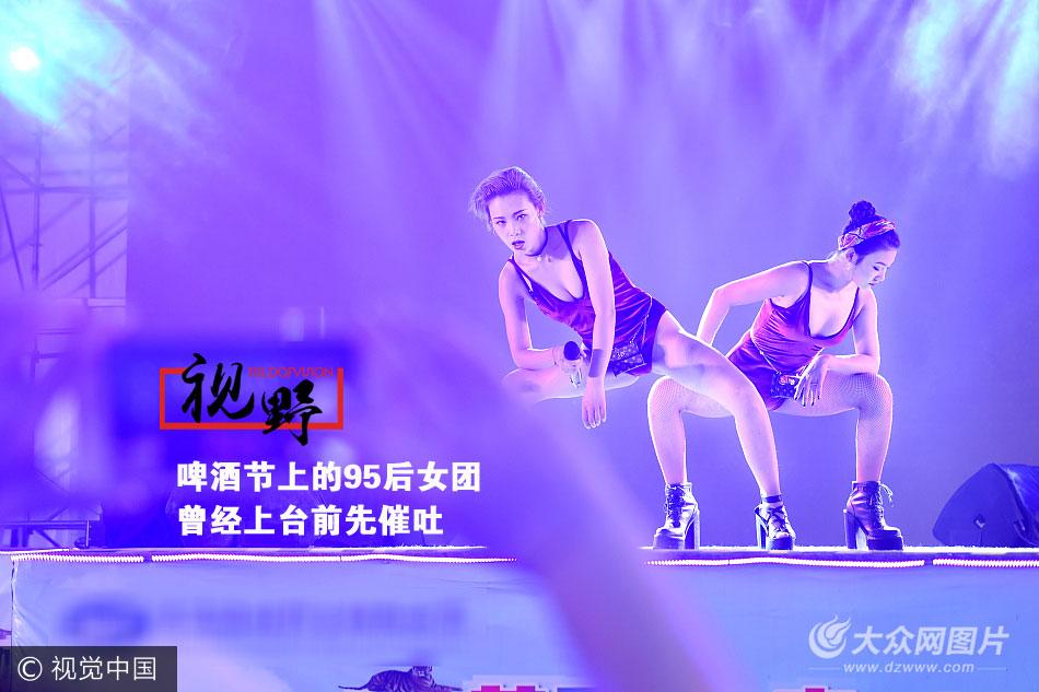 """TiTi和Margo-Mi(艺名)是一对95后小姑娘,今年都只有21岁,她们在北京组成一个女子音乐团体,奔走于全国各地""""走穴""""演出。青岛国际啤酒节开幕,她们又在演艺公司的安排下来到青岛,奔走于各个啤酒大篷做助兴演出。"""