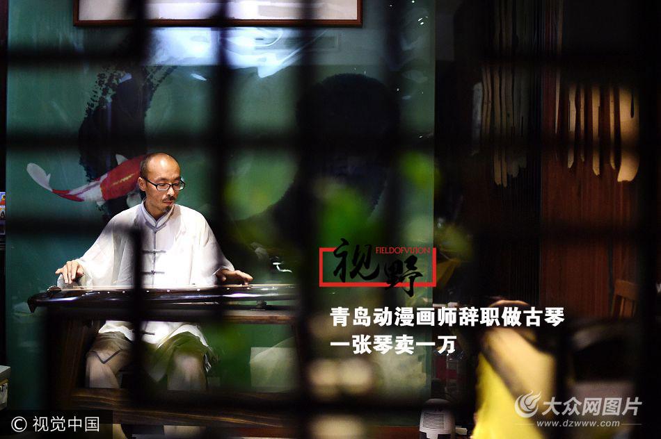 今年41岁的王清阳是青岛的一位古琴制琴师,在闽江三路上开了自己的古琴工作室,选这个地角颇有闹中取静的意思。一年前的王清阳还是一位在写字楼里,带着兄弟们披荆斩棘做动画片的中层领导。