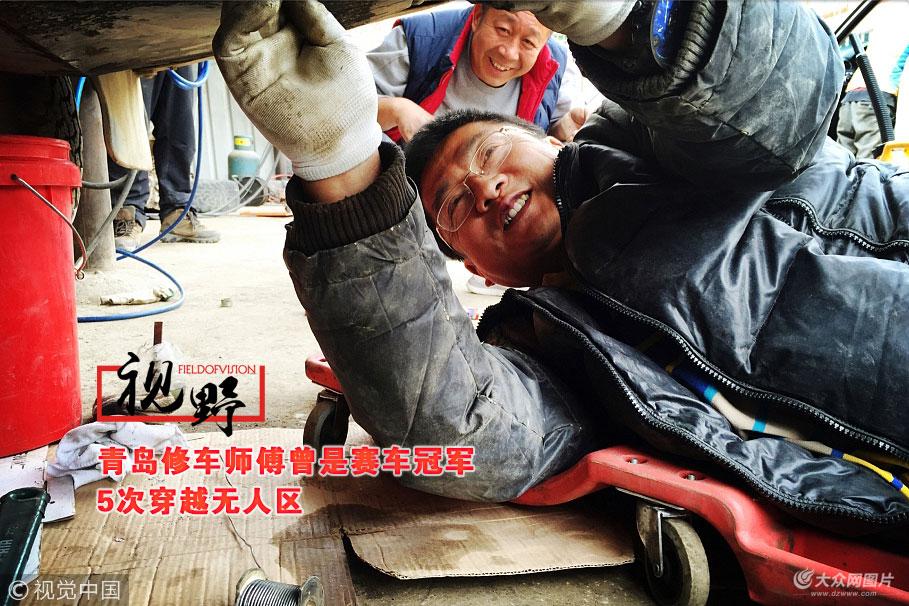 """刘永今年46岁,是地地道道的青岛人,和修车打了小半辈子的交道。他是朋友眼中的修车高手,他则形容自己是一名""""汽车医生""""。他说:""""我修了28年车,现在听听声音,就大体知道故障点在什么位置。"""""""