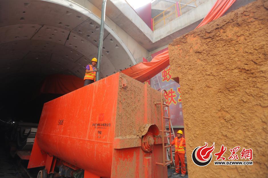 """8月31日上午 大众网记者来到济南轨道交通R1线王府庄站,走进了地下15米的盾构机施工现场进行探访。记者从现场看到,盾构机就像一条""""钢铁蚯蚓"""",它经过的地方就可以形成一条长长的隧道。"""