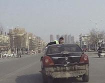 无证司机开车顶行交警3公里 司机:当时心慌了