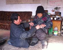 52岁瘫儿与老母相依为命 双享五保拒住敬老院