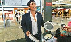 """香港机场""""煮饭哥""""�逋净乖�:误机钱少无奈之举"""