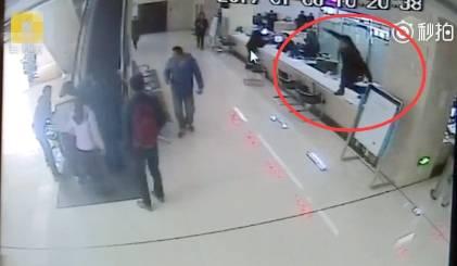 于皓涵跳出柜台(视频截图).jpg