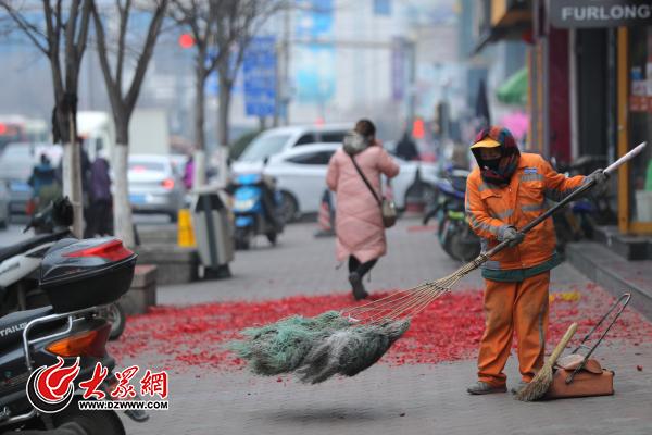"""2月3日农历正月初七,济南环卫工人在清理""""开门炮""""碎屑。记者 王长坤 摄.jpg"""