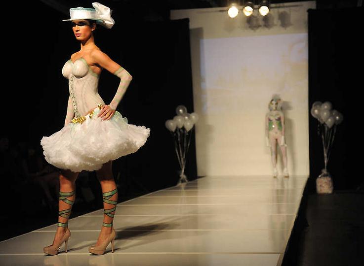 大胆人体无优人体艺术网_美国大胆时装秀上演另类人体艺术(图)