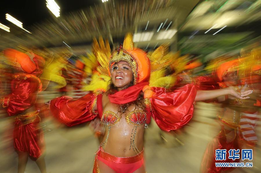 里约狂欢节开启桑巴游行