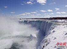 尼亚加拉大瀑布被冰雪覆盖景致壮观