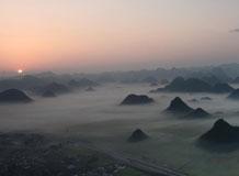 云南金鸡峰丛景区现云雾美景 飘渺虚幻