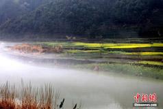 安徽黄山新安江现平流雾奇观