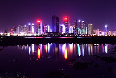 夜幕下的青岛海岸线 高楼林立霓虹璀璨