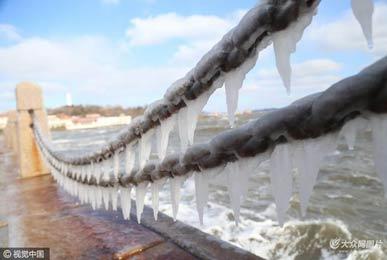 烟台遇冷空气 海边铁链挂冰凌