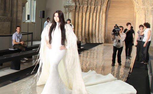 范冰冰穿六米礼服裙巴黎走秀惊艳全场