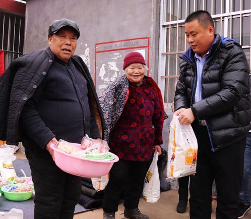 临沂爱心组织为80岁以上老人送年货