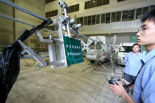 超高压架空线路清障检测机器人(摄影 王鸿光 娄欣 张劲)
