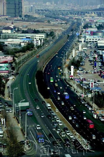 青岛重庆路主线实现通车 来往车辆通行顺畅