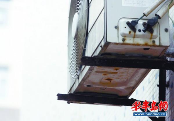 专业的空调安装人员将空调外机取下重新安装固定支架