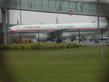 停在机场的一架飞机