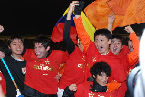 鲁能泰山球员夺冠后欢呼庆祝(曹亮 摄)-山东鲁能三夺中超冠军图片