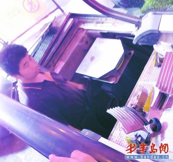 7日,台东某地下街一处扶梯突然发生故障,扶梯台阶踏板被挤碎。   7月5日,北京地铁4号线动物园站扶梯故障导致一死三十伤,消息刊发以后引起了岛城市民的关注。目前青岛正在建设地铁,到时候采用的电梯会不会也是北京地铁4号线动物园站使用的那种扶梯?7月7日,记者联系青岛地铁公司 ,设备处的工作人员告诉记者,目前青岛地铁使用何种品牌的电梯还未确定,他们肯定会严格按照国家标准来采购电梯。记者随后从质监部门了解到,岛城并没有513MPE型号的奥的(之前有媒体报道为迪)斯电梯。   奥的斯电梯在青岛有分公司   据