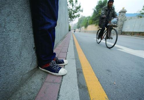 茂岭奇葩山路人行道时有时无最窄处仅容一只脚晒图情趣用品不能淘宝图片