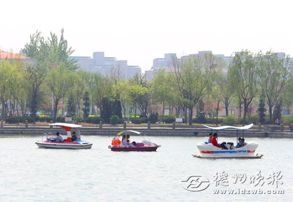 明月湖风景区,年轻人划船赏美景.