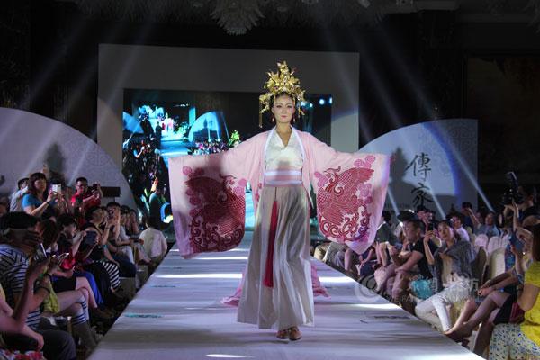 潍坊 传家 大型传统服装走秀