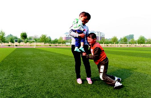 体育课孙英从不让儿子坐在教室里,尽管不断摔跟头,她依然坚持让他