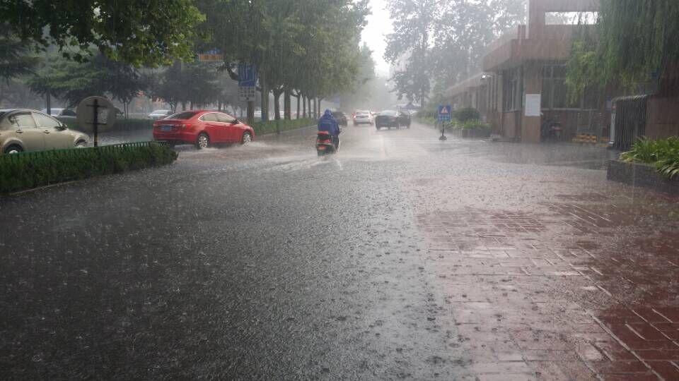 下雨街道风景图