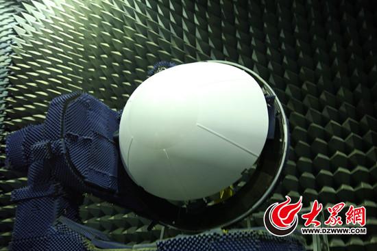 大众网济南11月6日讯(记者 马俊骥) 11月2日,首架国产大飞机C919总装下线。C919雷达罩来自济南,由中国航空工业集团公司济南特种结构研究所设计制造。在常人印象中,雷达罩就是飞机鼻子,看上去与机身其他部位没什么区别,其实,小小的雷达罩让飞机耳聪目明,不仅要保护雷达天线,还要保证气动、结构、透波等诸多功能,凝结着科研人员的心血。今天上午,大众网记者走进略显神秘的中航工业特种所,探访C919雷达罩背后的奥秘。   如果说雷达是飞机的眼睛,那么雷达罩就是飞机眼睛的防护镜。具有一些航空知