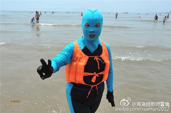 """如今,""""脸基尼""""已成为青岛海水浴场的时尚标志."""