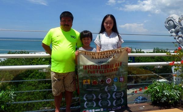 左起为获奖演员刘金 陈坦锐 杨凯欣亮相巴厘岛